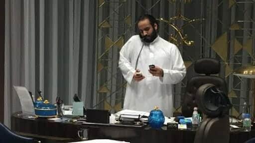 """""""ديلي ميل"""" تفجّر مفاجأة كبيرة وتكشف تفاصيل مكالمة استمرت حتى الـ4 فجراً """"زلزلت"""" القصر الملكي في السعودية"""