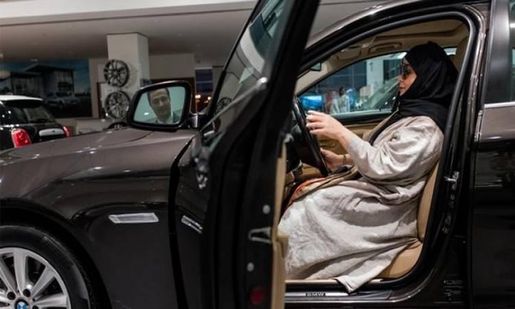 شاهد| الأول من نوعه.. سعوديون يحرقون سيارة تقودها شابة رفضاً لقيادة النساء للسيارات!