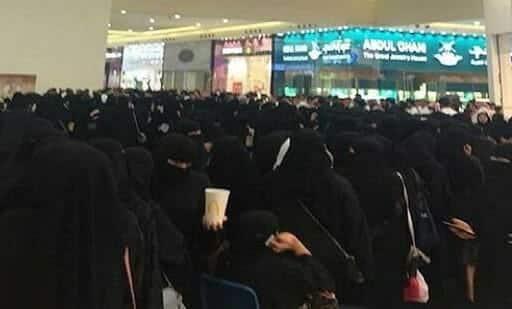 سعوديات للحصول على تذاكر حفل غنائي
