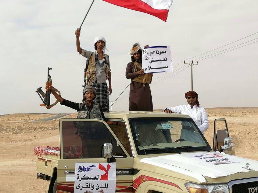 """""""شاهد"""" أهالي """"المهرة"""" الحدودية مع عُمان يطردون قوة تابعة للإمارات والسعودية"""
