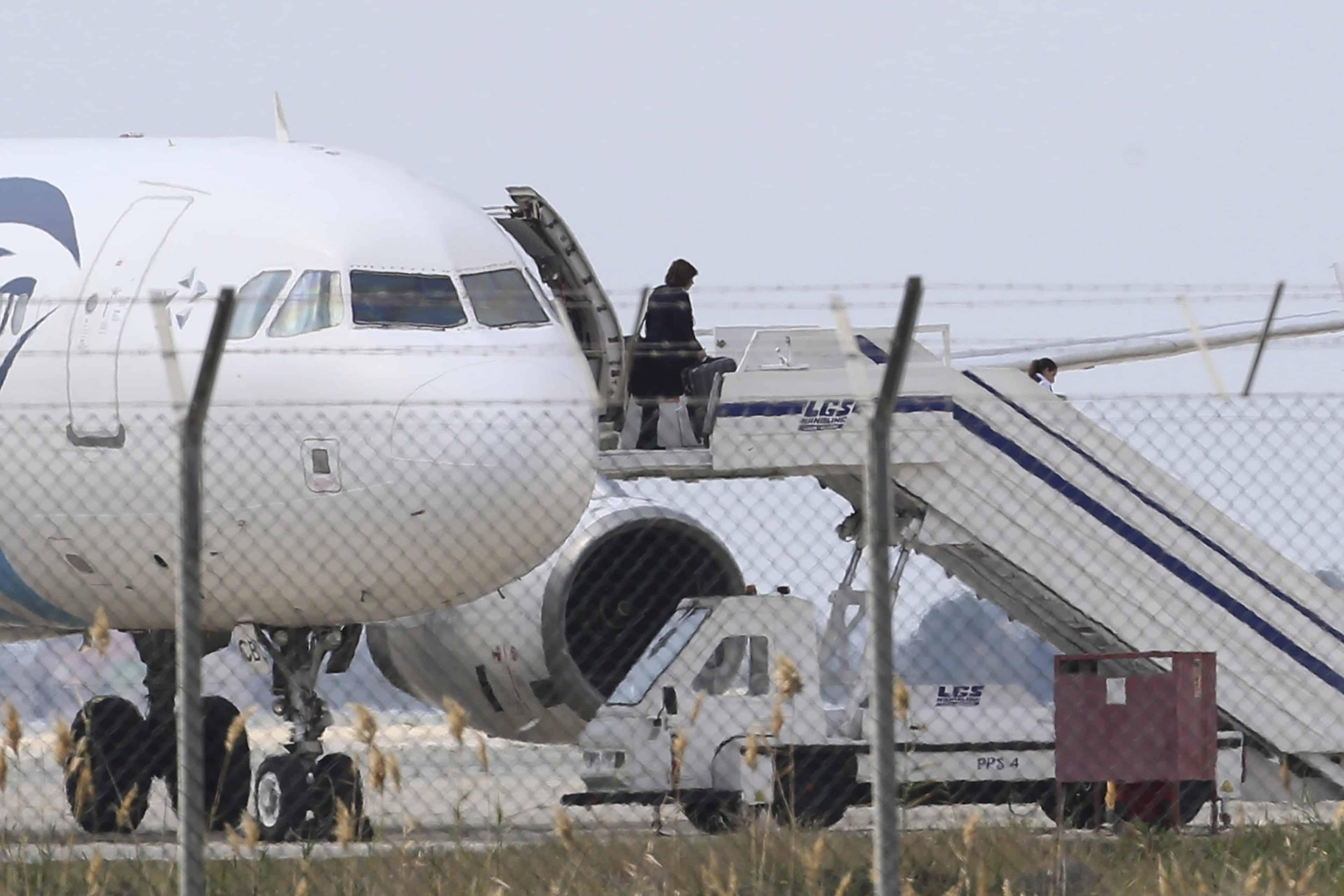 الخاطف اقتحم قمرة القيادة وهذا ما فعله بالطاقم.. تفاصيل اختطاف طائرة بنغالية كانت متجه إلى دبي