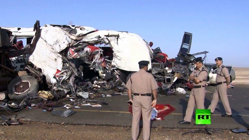 شاهد  عُمان .. حادث سير مروّع يحصد حياة 4 أشخاص ويُصيب آخريْن بجروحٍ خطيرة