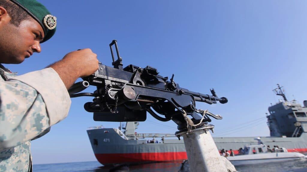 صاروخ ايراني مضاد للسفن يطلق من غواصة