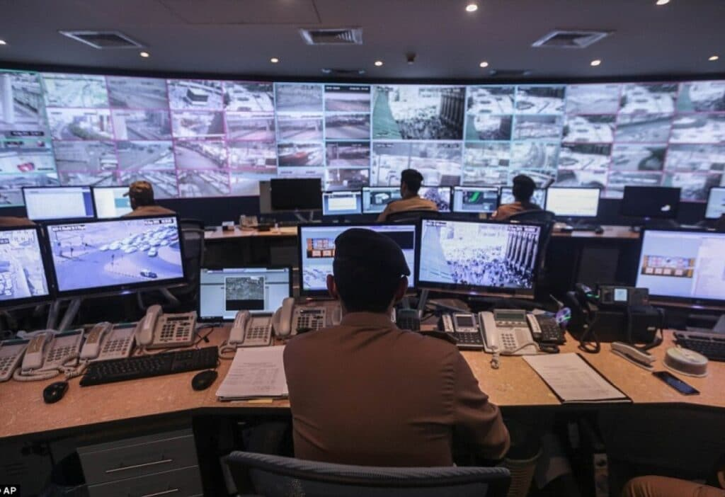 """إعلاميو """"سكاي نيوز عربية"""" أصابهم الجنون بعد اعتقال خلية التجسس الإماراتية ورددوا """"آمين"""" وراء ضاحي خلفان"""