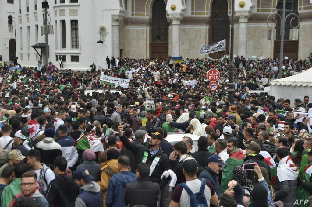 """قفزاً من السفينة الغارقة .. استقالات جماعية  لقيادات في حزب """"بوتفليقة"""" وانضمامهم للتظاهرات"""