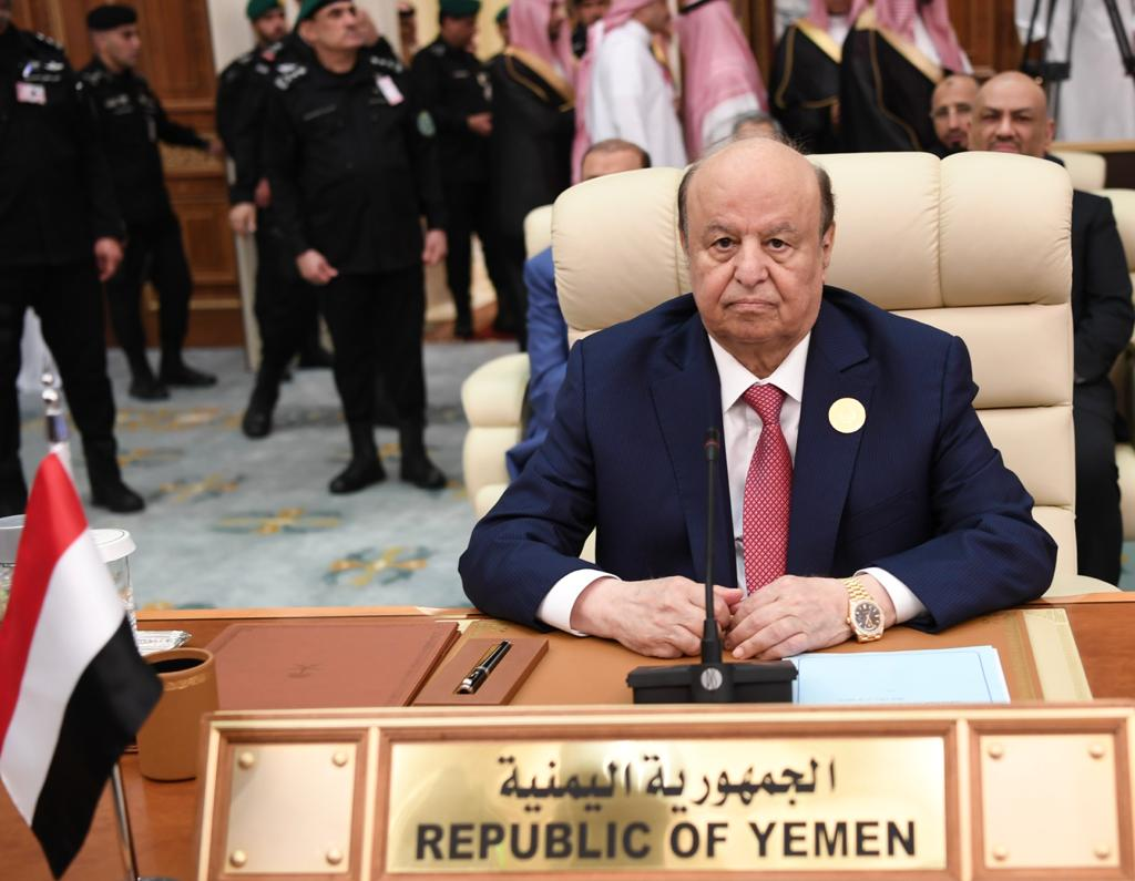 """""""شاهد"""" ليس فقط مَن نامَ في القمة.. سُخرية واسعة من الرئيس اليمني بسبب """"عاصفة الحزم""""!"""