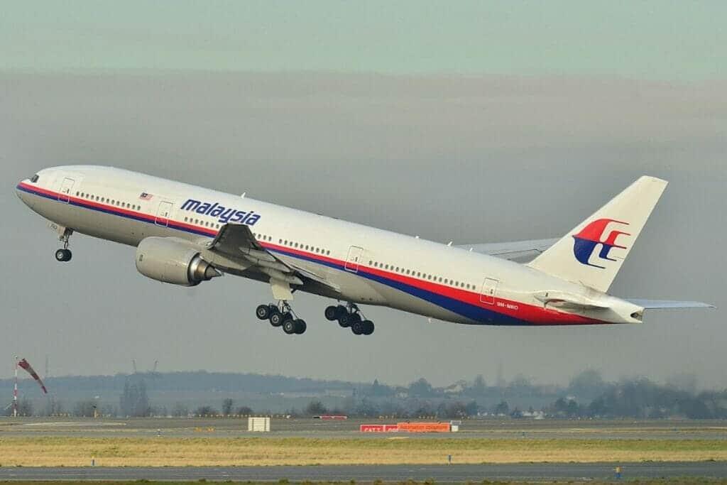 طيّار سابق يفجّر مفاجأة مدويّة عن الطائرة الماليزية المنكوبة التي اختفت عام 2014!