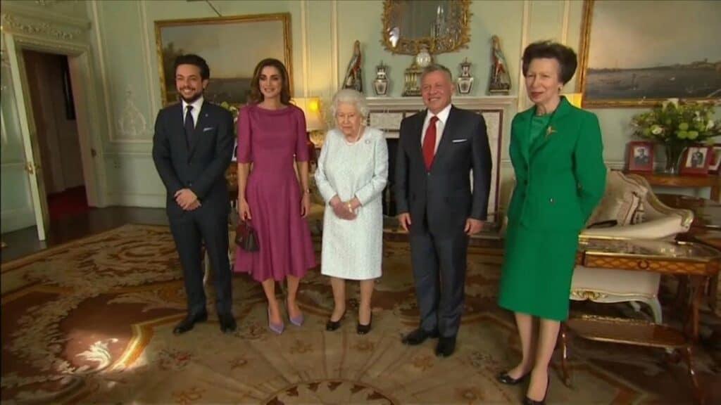 شاهد  هذا ما أثار التساؤلات في لقاء أسرة العاهل الاردني بملكة بريطانيا إليزابيث الثانية!