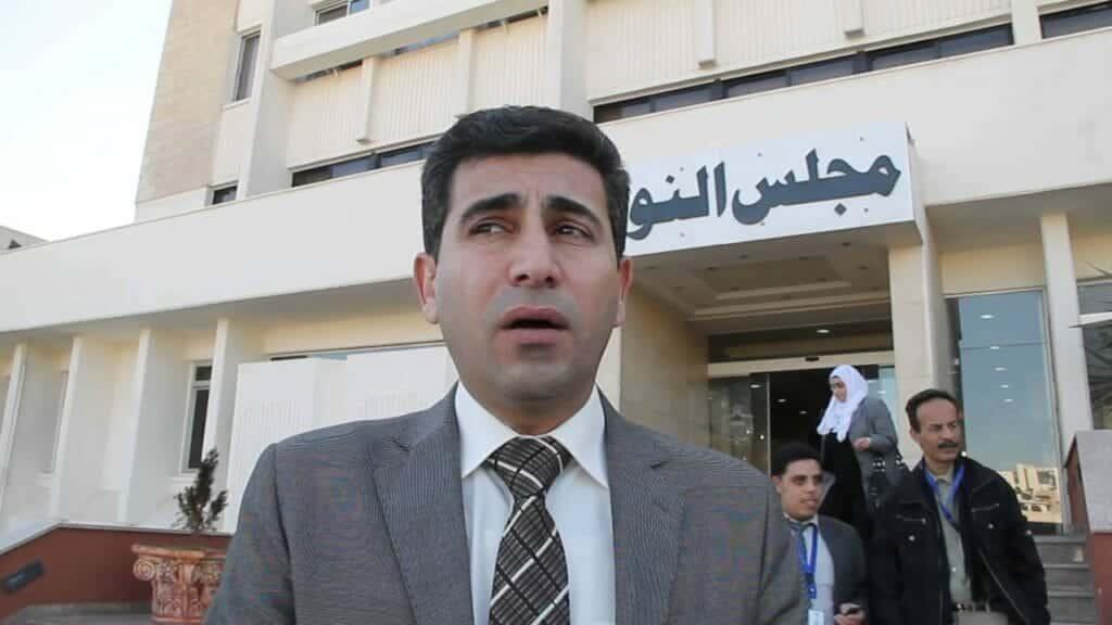 """شجار عنيف.. رئيس البرلمان الأردني يتهم نائباً بأنه """"مدسوس"""" لقوله """"لن يكون مع  الفلسطينيين إلا الله""""!"""