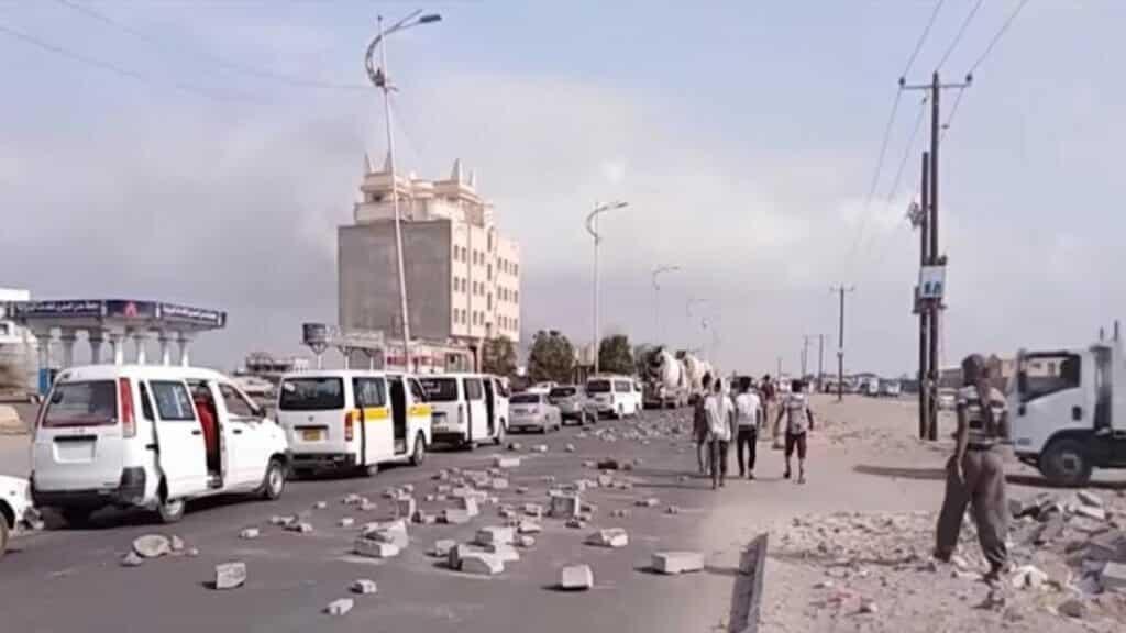 تظاهرات غاضبة تشعل عدن بعد وفاة أحد المعتقلين في سجون الإمارات السرية نتيجة التعذيب