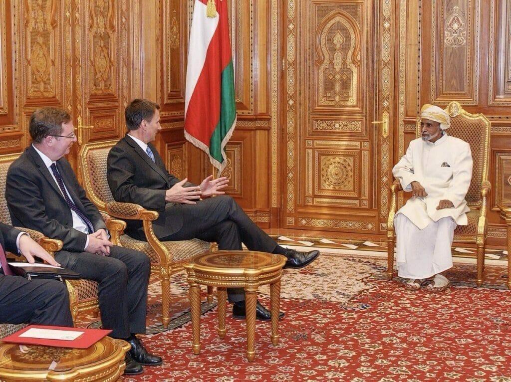 """""""شاهد"""" السلطان قابوس التقى وزير الخارجية البريطاني .. الإعلان عن حدث هام في عُمان"""