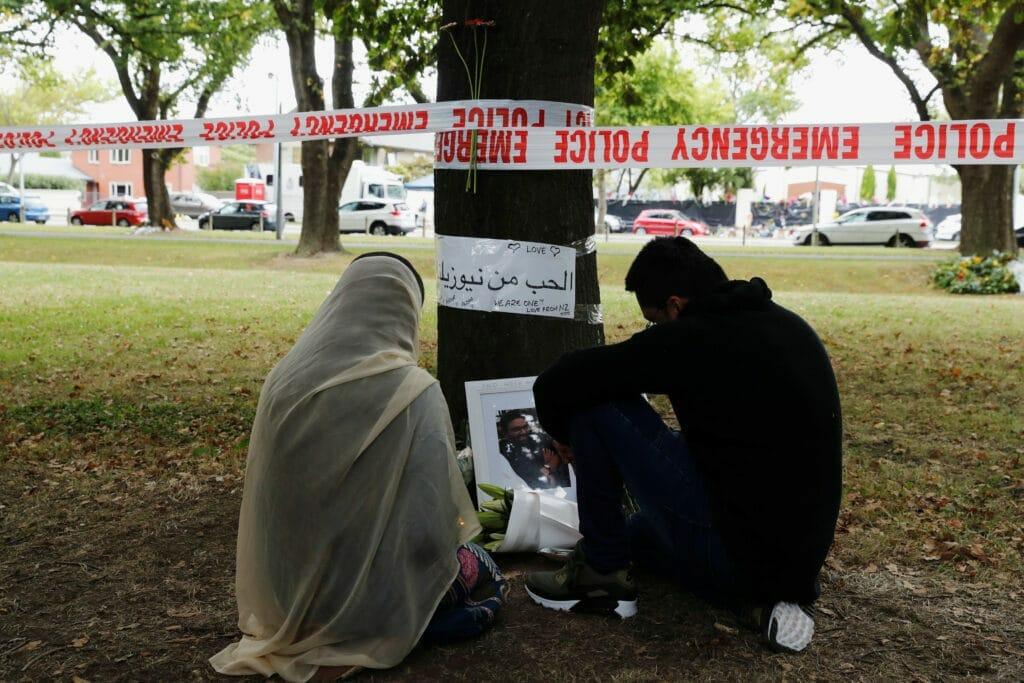 غضب واسع من كاتب إماراتي أساء لضحايا مذبحة مسجد النور بنيوزيلندا ووصفهم بالجبناء!