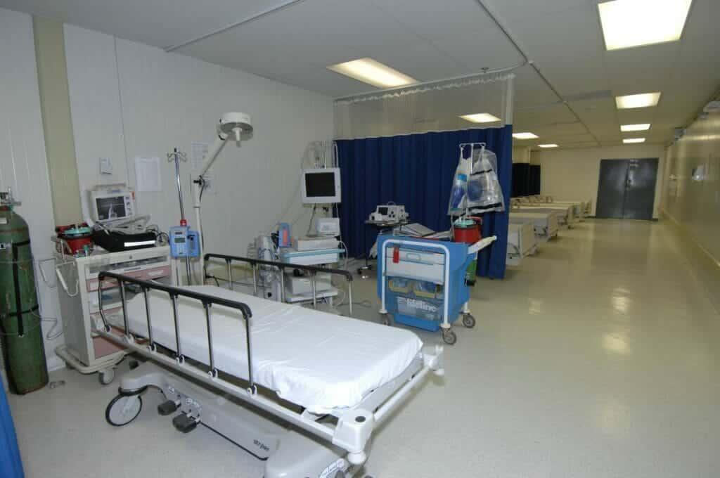 تحطيم محتويات مستشفى في الأردن بعد وفاة خليجية على يد طبيب من أشهر أطباء التجميل بالمملكة