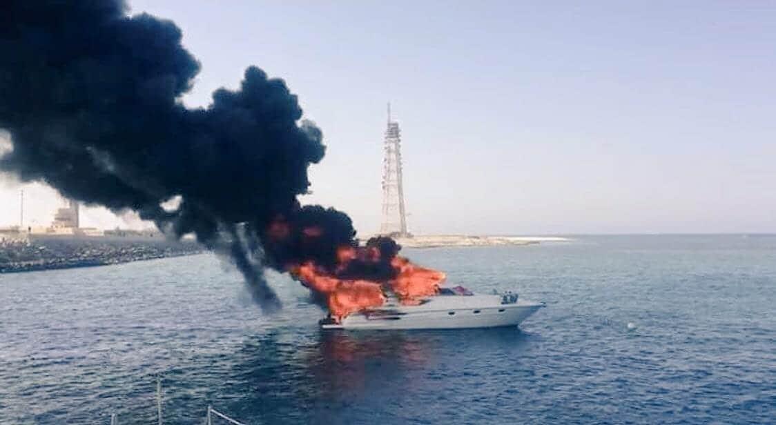 شاهد| كيف أنقذ صيادون عُمانيون سياحاً أجانب بعدما التهمت النيران قاربهم وسط البحر