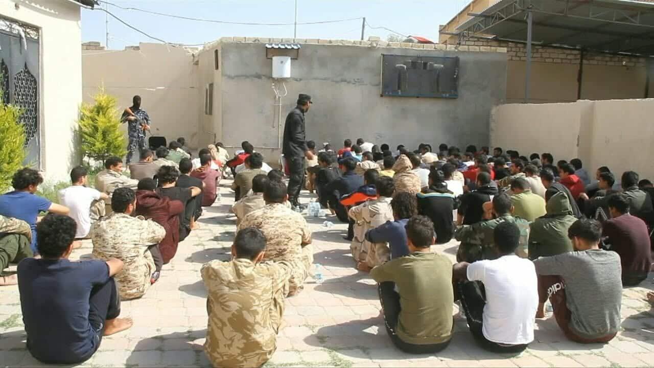 """""""شاهد"""" عشرات من قوات المتمرّد المدعوم إماراتياً خليفة حفتر يستسلمون لـ""""ثوار الزاوية"""""""