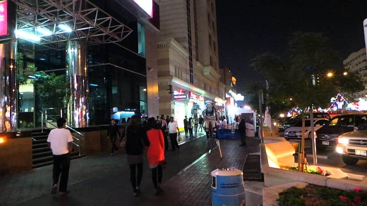 """في الإمارات """"السعيدة"""" .. امرأة و5 رجال يقتلون فتاة ليل ويصورن الجريمة!!"""