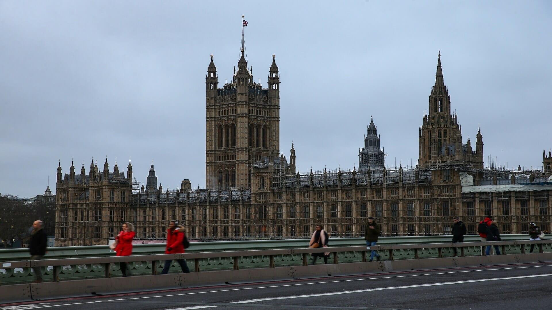 فيديو  عُراة يقتحمون البرلمان البريطاني ويقطعون جلسة للنواب!