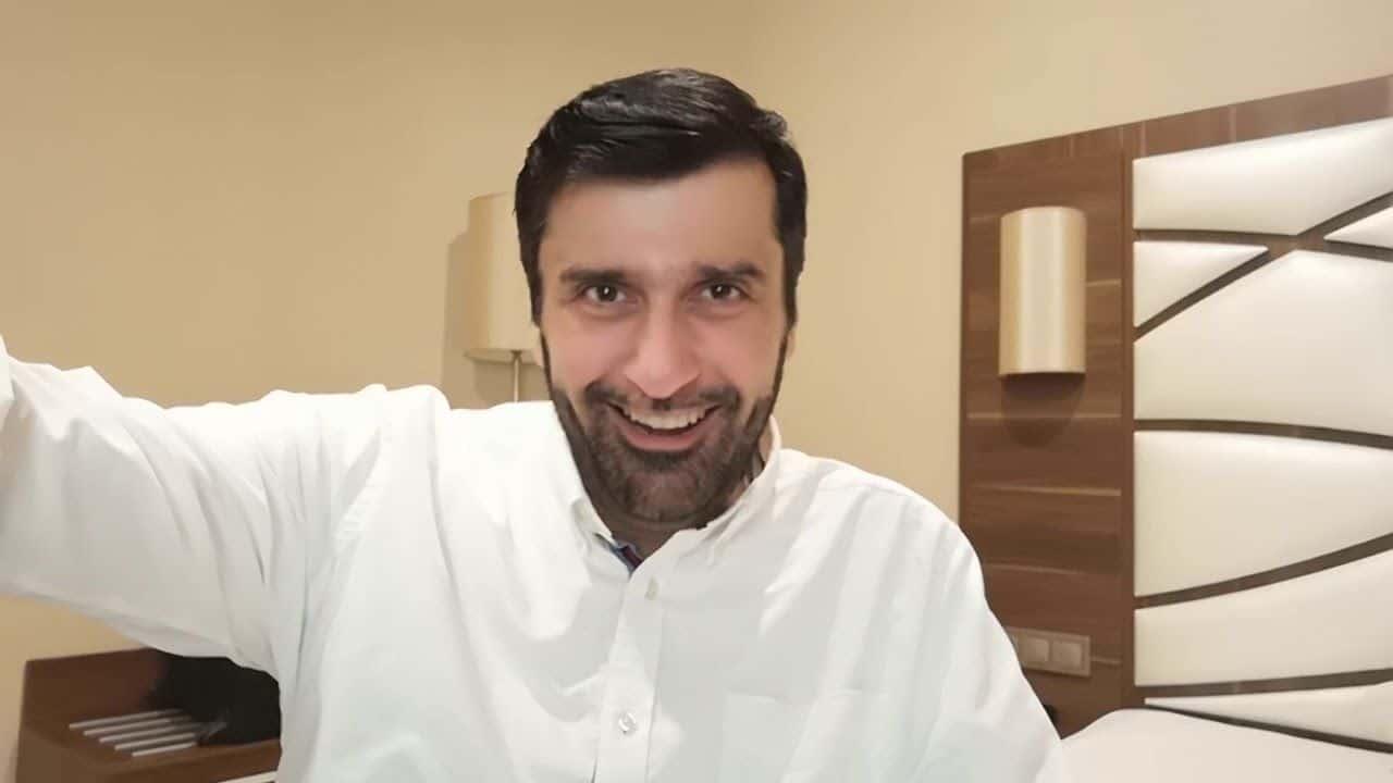 """""""شاهد"""" كيف تضرب زوجتك بشكل صحيح.. خبير اجتماعي قطري يثير جدلا واسعا بفيديو تطبيقي"""