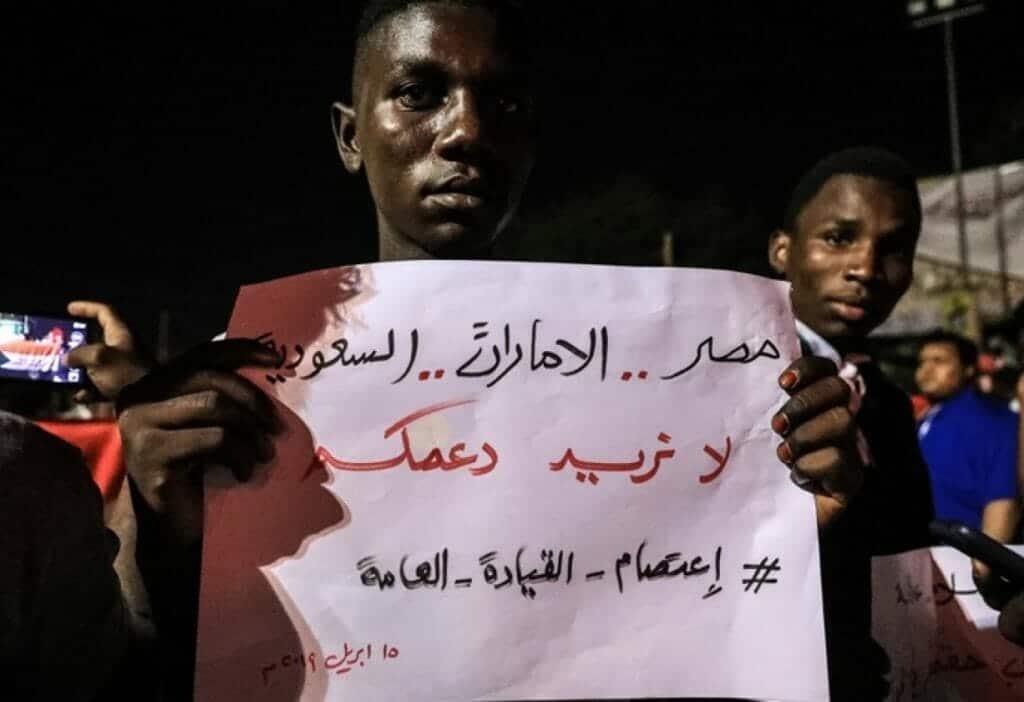 """سودانيون لـ السعودية والإمارات: لا نريد دعمكم المرتهن بمصالح ضيقة """"حتى لو أكلنا الفول والفلافل"""""""