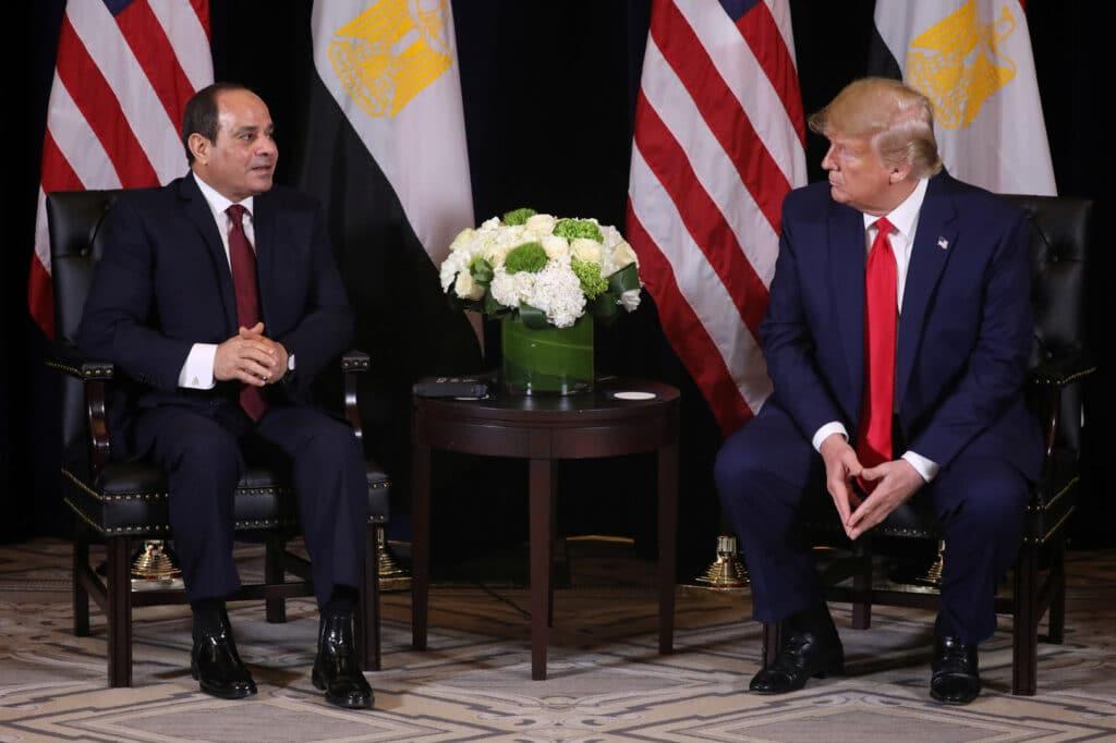 """""""بلومبيرغ"""" تكشف التفاصيل.. السيسي أقنع ترامب بهجوم حفتر على طرابلس وهذا ما فعلته قطر بواشنطن"""