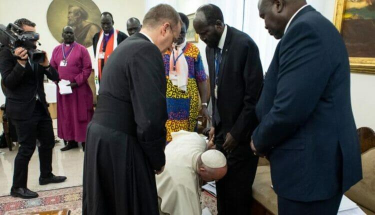 تقبيل البابا لقدم رئيس جنوب السودان