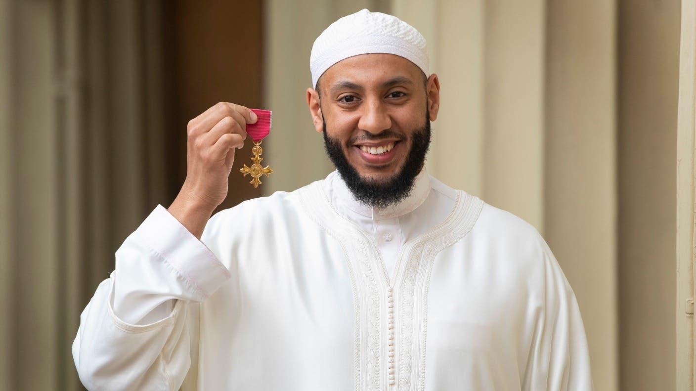 """""""شاهد"""" لحمايته إرهابي دهس مصلّين.. الأمير وليام يكرّم إمام مسجد بوسام الإمبراطورية البريطانية"""