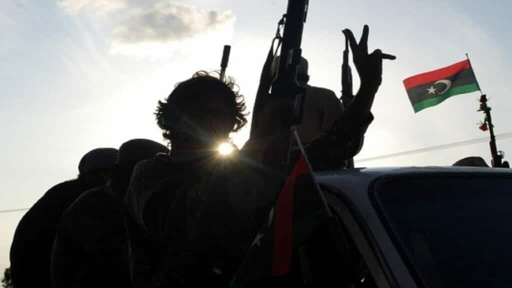 """فيديو لقناص من ثوار ليبيا وهو يُسقط جندياً لـ""""حفتر"""" برصاصةٍ واحدة عن ظهر مدفع"""