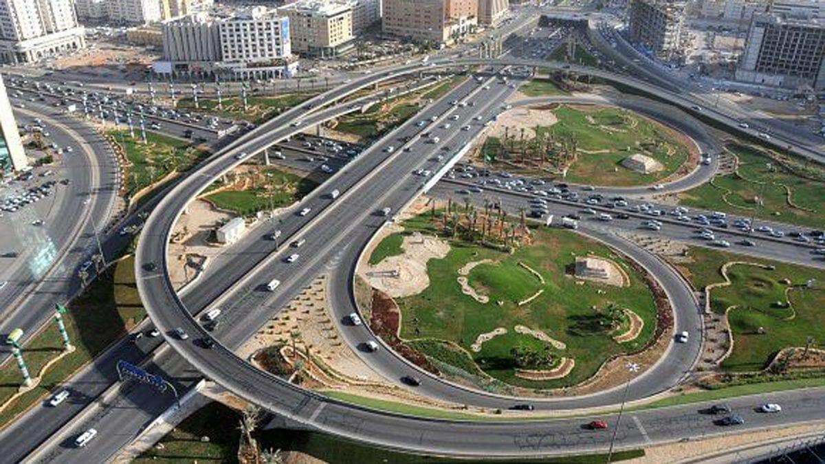 فيديو| شاهد ماذا حدث لشاب سعودي وهو يحاول الإنتحار من أعلى جسر ميدان القاهرة!