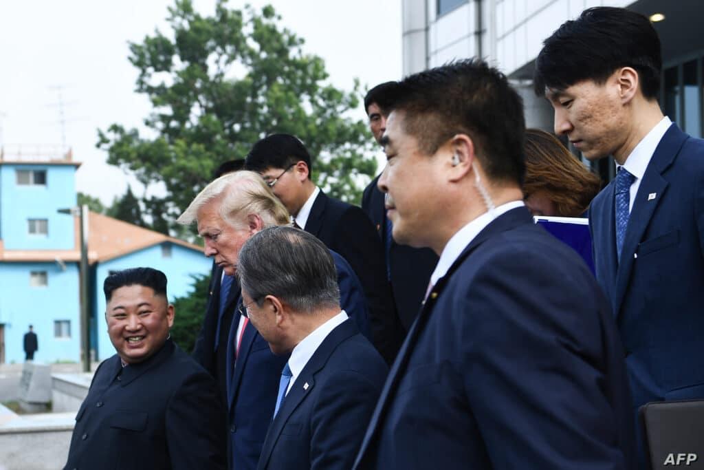 """""""شاهد"""" ماذا فعل حرس كيم جونغ أون قبل جلوس زعيمهم على كرسيه خلال لقائه بوتين"""