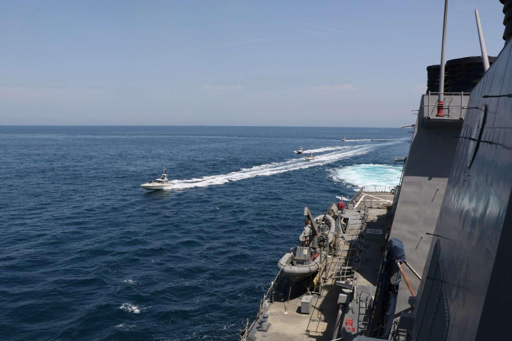 بإسناد طائرات عمودية.. سفن حربية إيرانية تدخل إلى سواحل سلطنة عمان
