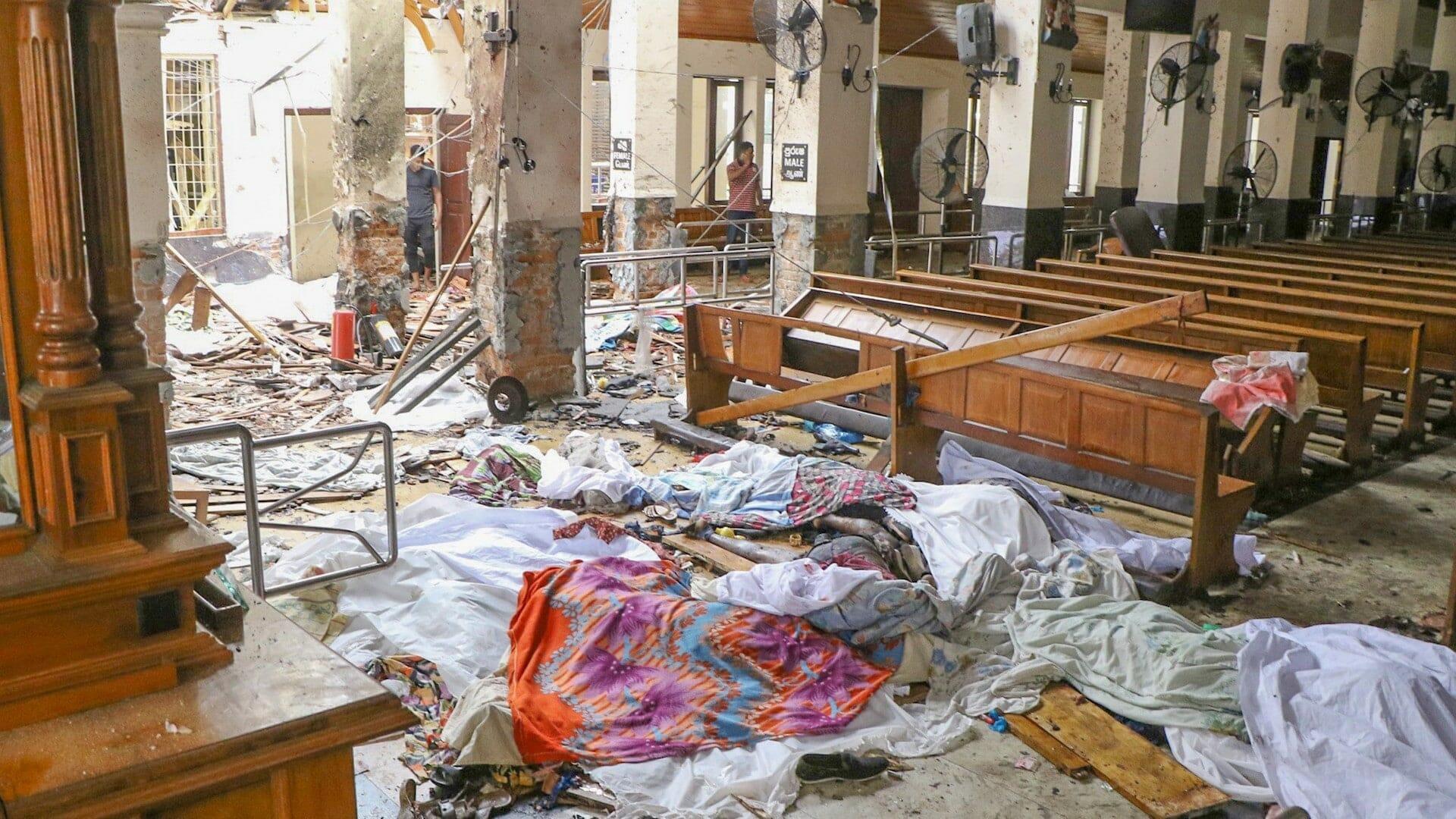 """""""شاهد"""" عشرات القتلى والجرحى بتفجيرات متزامنة ضربت كنائس وفنادق في سريلانكا"""
