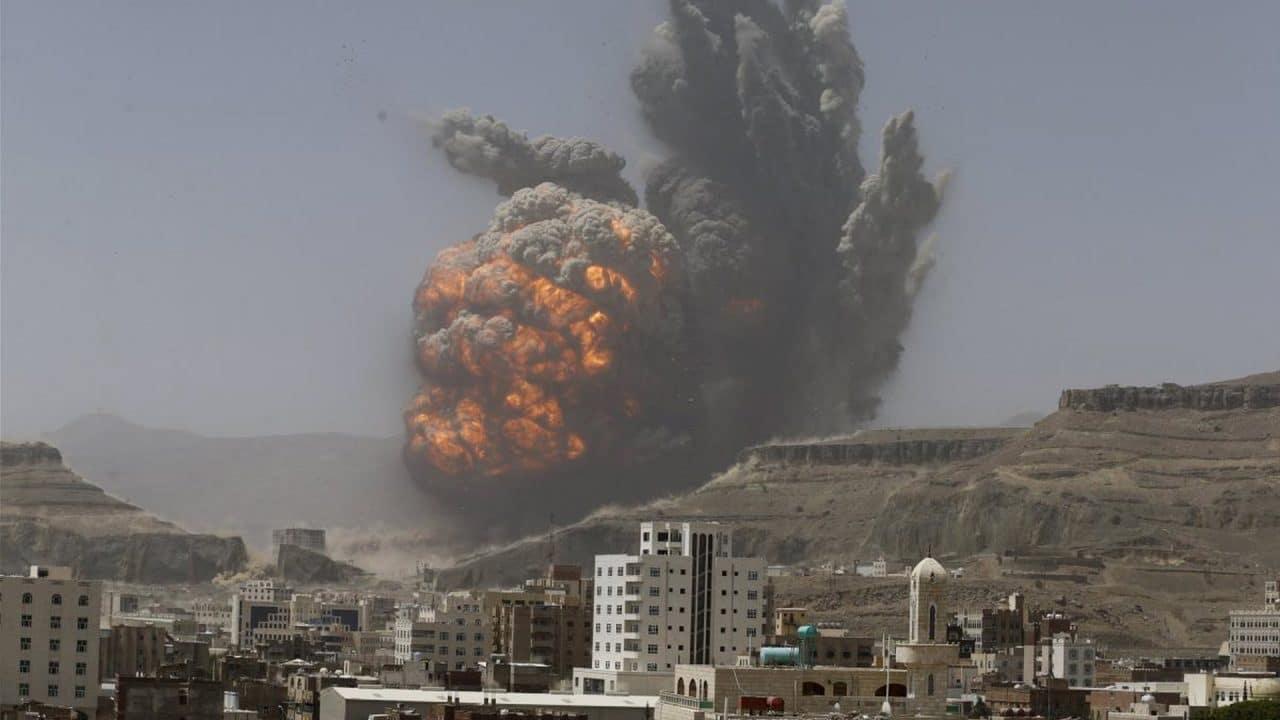 """""""شاهد"""" 100 قتيل ومُصاب .. طيران التحالف السعودي-الإماراتي يرتكب مجزرة مروّعة بصنعاء.. والحوثي يتوعد"""