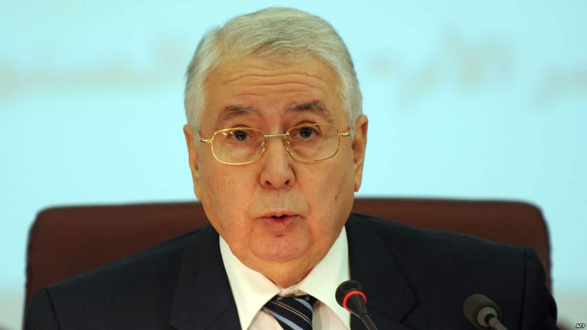 """عبد القادر بن صالح رئيساً مؤقتاً للجزائر خلفاً لـ""""بوتفليقة"""" .. والجزائريون يتظاهرون رفضاً"""