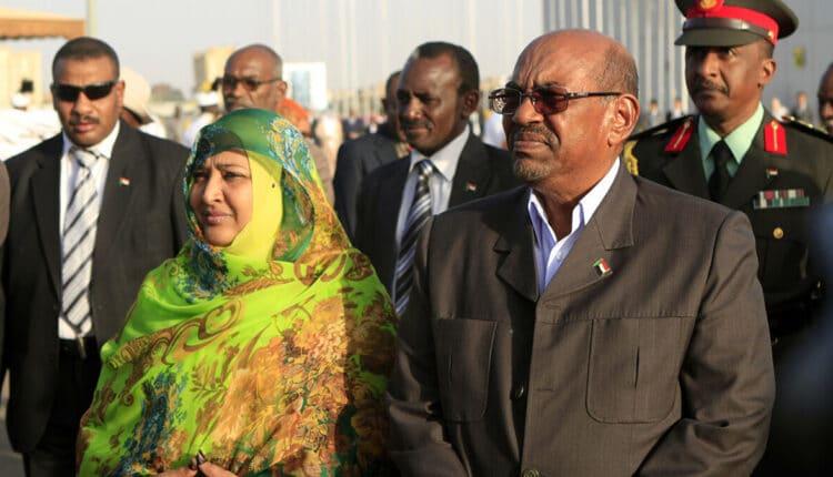 عمر البشير وزوجته وداد بابكر