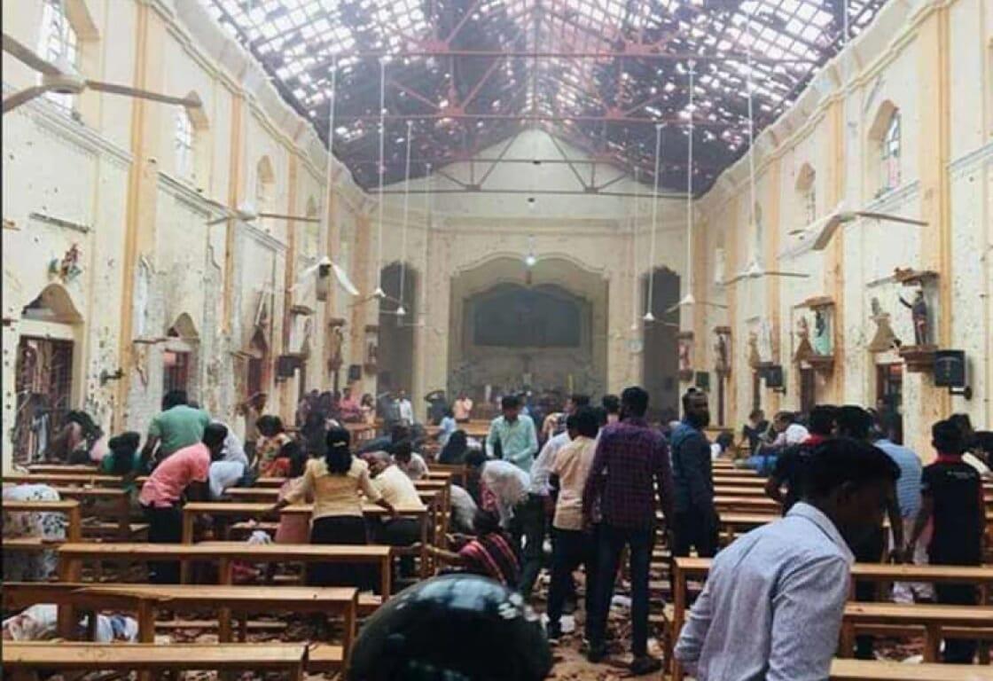شاهد كيف اندسّ انتحاري بين محتشدين عند مدخل كنيسة بسريلانكا وفجرّ نفسه