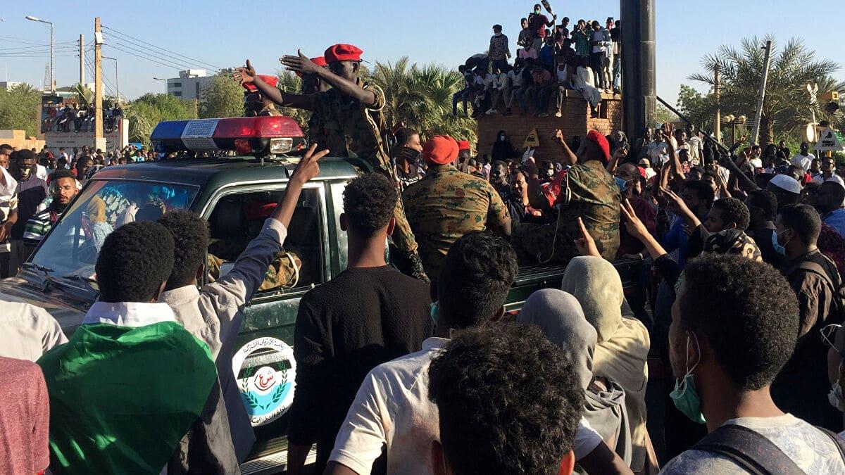 """""""شاهد"""" سودانيون يعتدون على وزير سابق بعد احتجازه بالمطار أثناء محاولته الهرب والأمن ينقذه بأعجوبة"""
