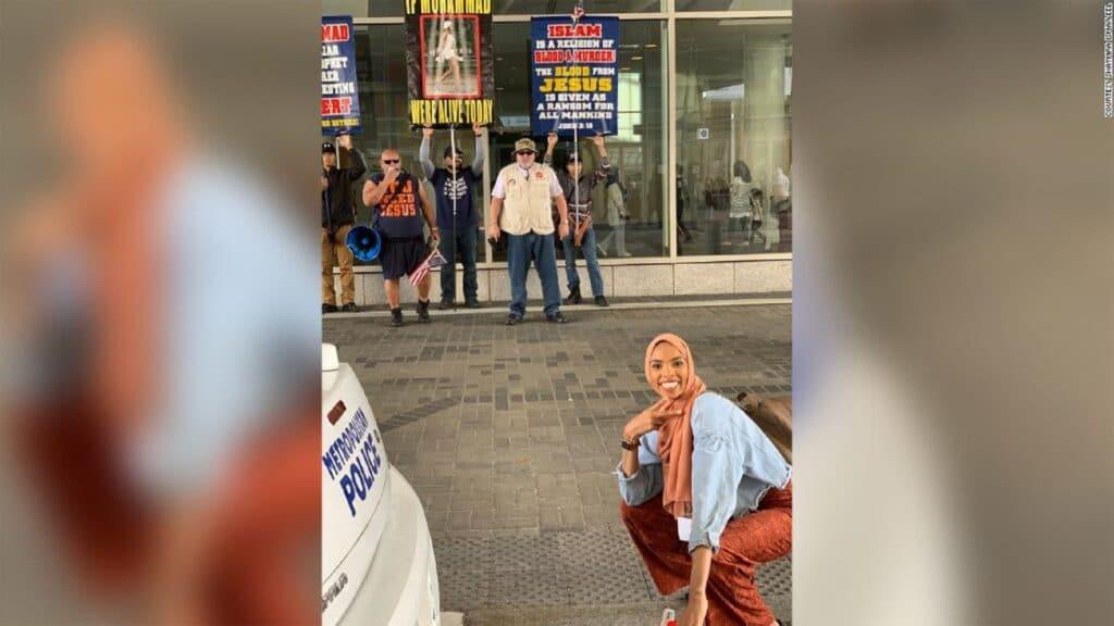 """""""شاهد"""" ما فعلته فتاة مسلمة في الشارع أمام مجموعة من معادي الإسلام.. فحازت على إعجاب الآلاف"""