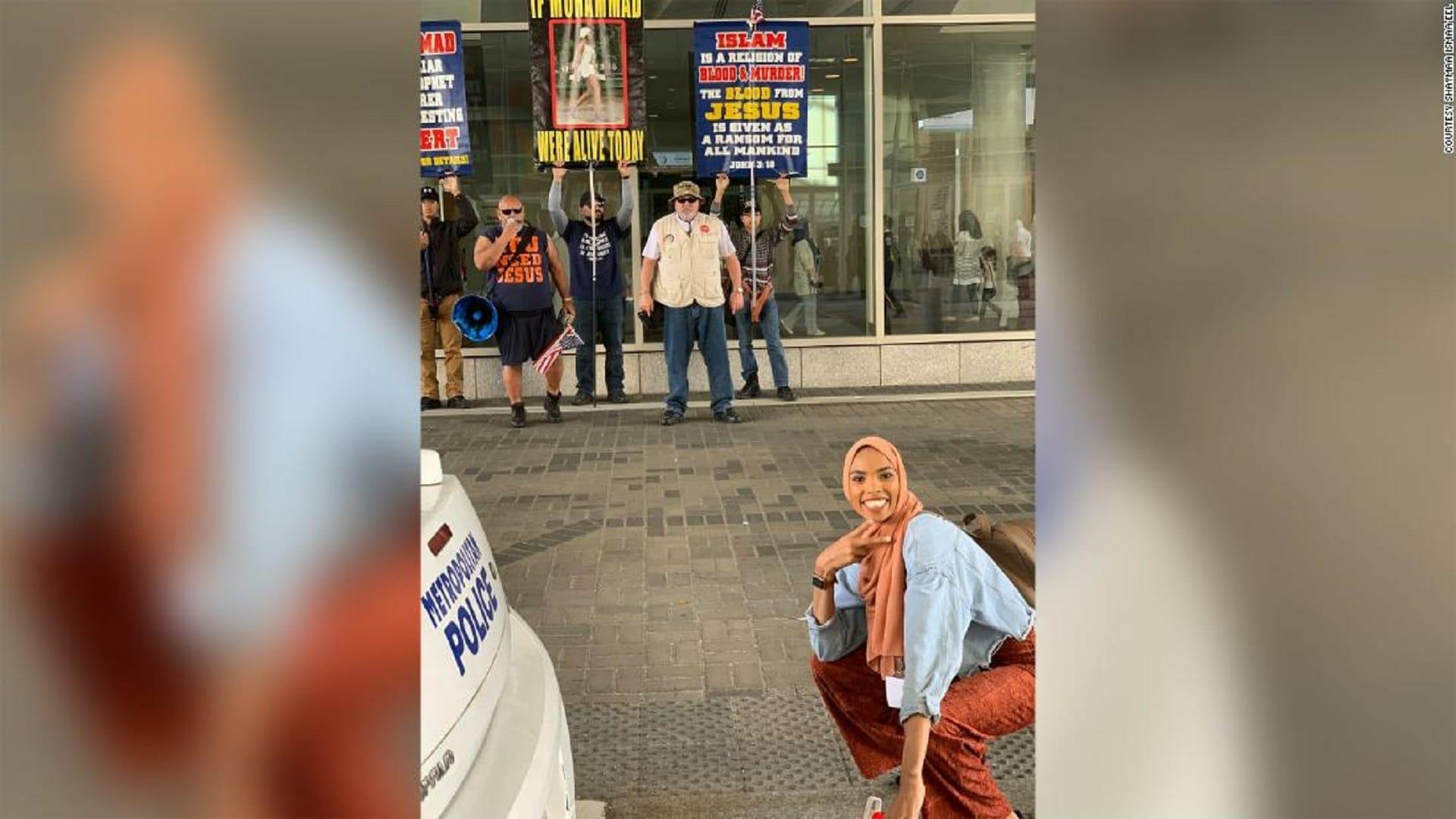 فتاة مسلمة في الشارع أمام مجموعة من معادي الإسلام