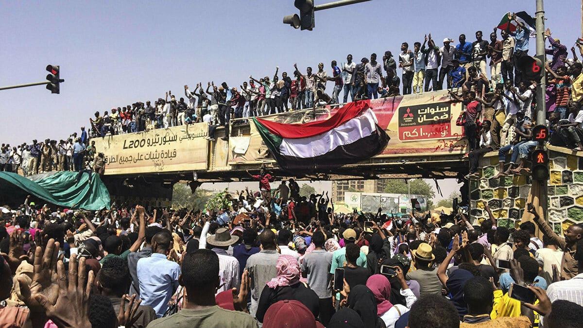 """""""شاهد"""" سياسي سوداني من أمام وزارة الدفاع: ما حلّت الإمارات بأرض ثورةٍ إلا أحالتها إلى خراب"""