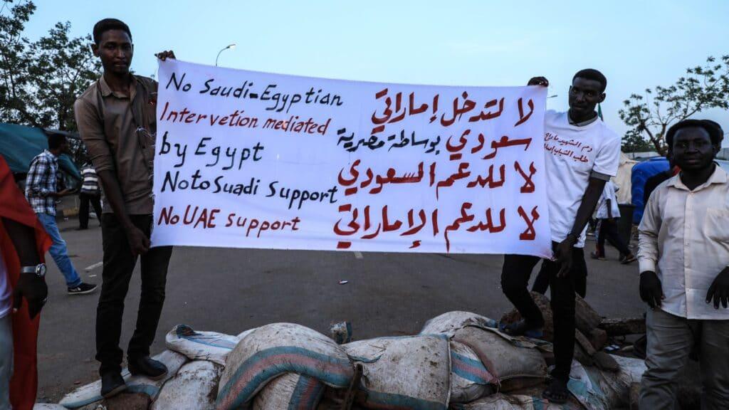 """""""شاهد"""" ثوّار السودان يوّجهون صفعة لـ""""عيال زايد"""" .. طردوا شاحنة """"مساعدات"""" إماراتية تُخفي خلفها أجندة تآمرية"""