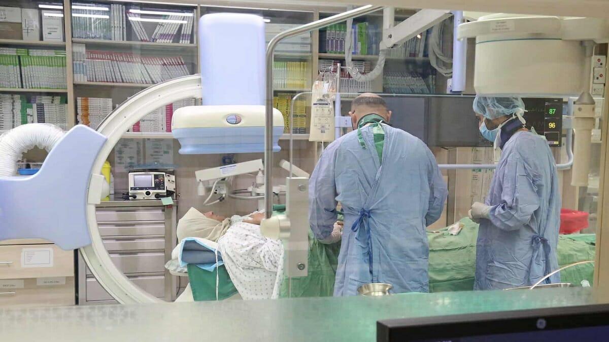 ممرض هندي بالضرب على مواطن كويتي عاجز ومصاب بجلطة دماغية منذ أربع سنوات