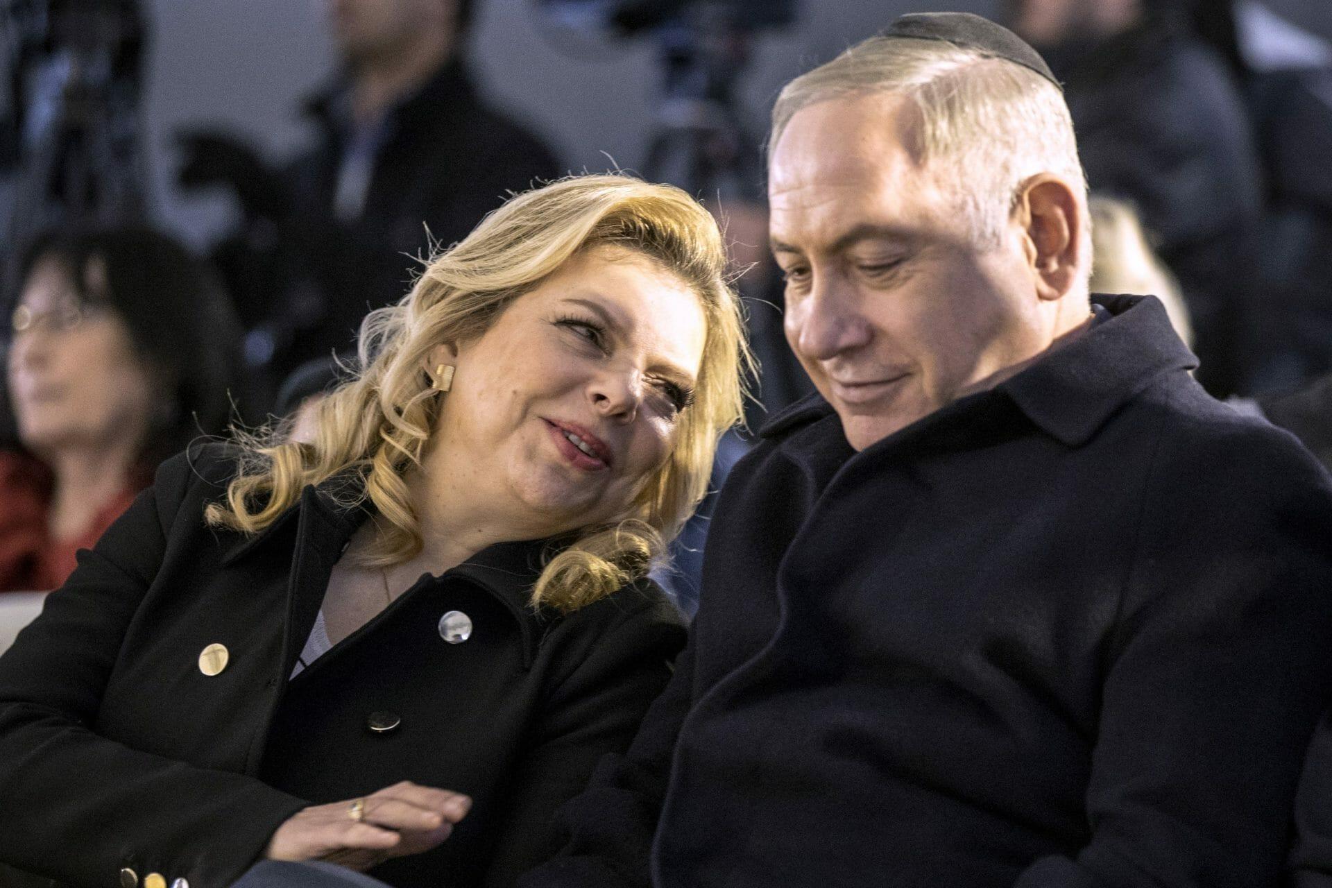 """""""شاهد"""" رشق نتنياهو وزوجته بالطماطم في أحد أسواق تل أبيب"""