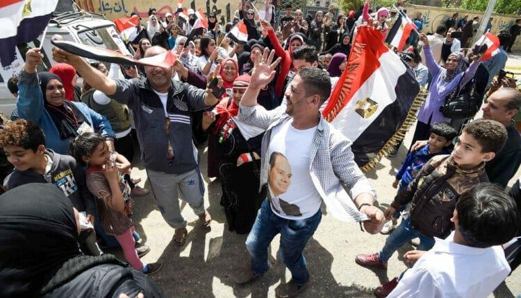 وصلات رقص دعما للسيسي امام لجنة الاستفتاء على الدستور