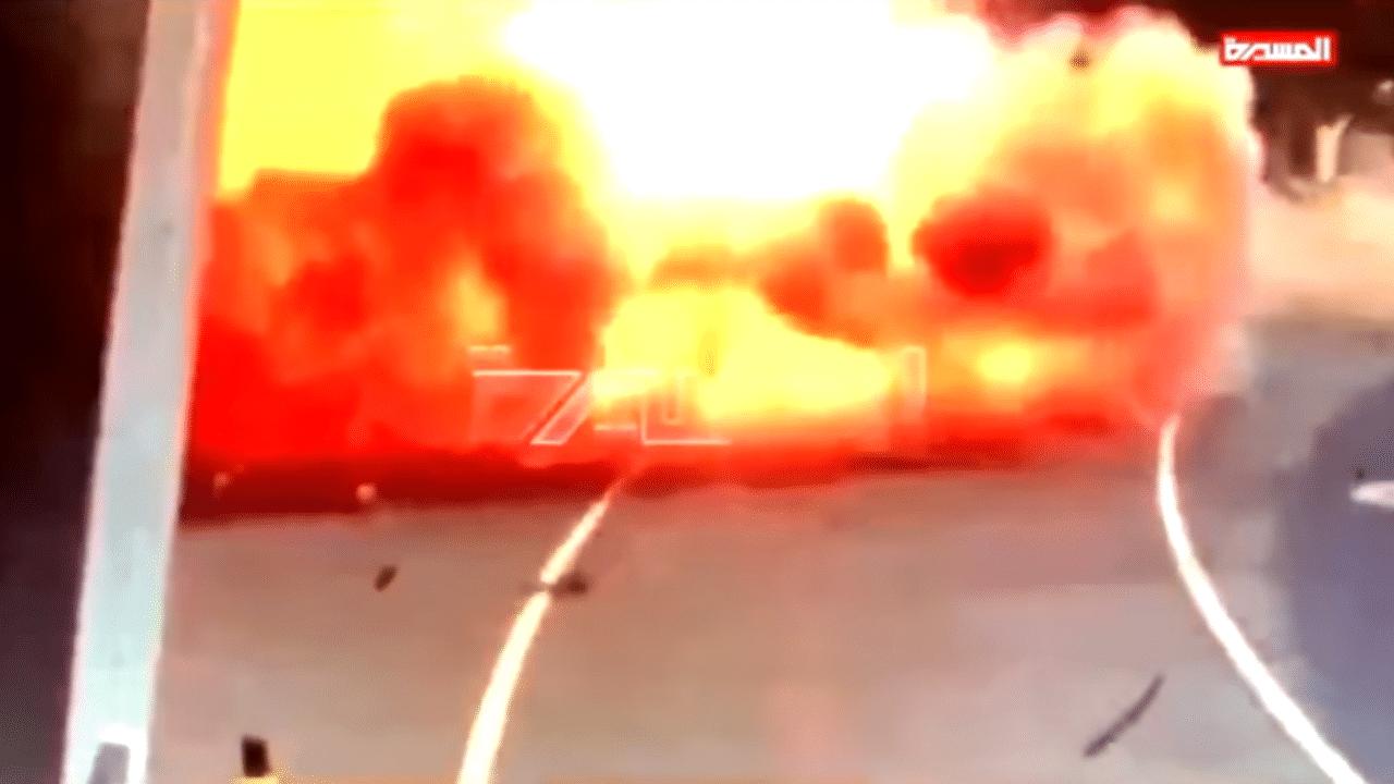 لحظة استهداف الحوثيين لمطار أبوظبي وتحويل حافلة لنقل الإمدادات إلى كتلة من اللهب
