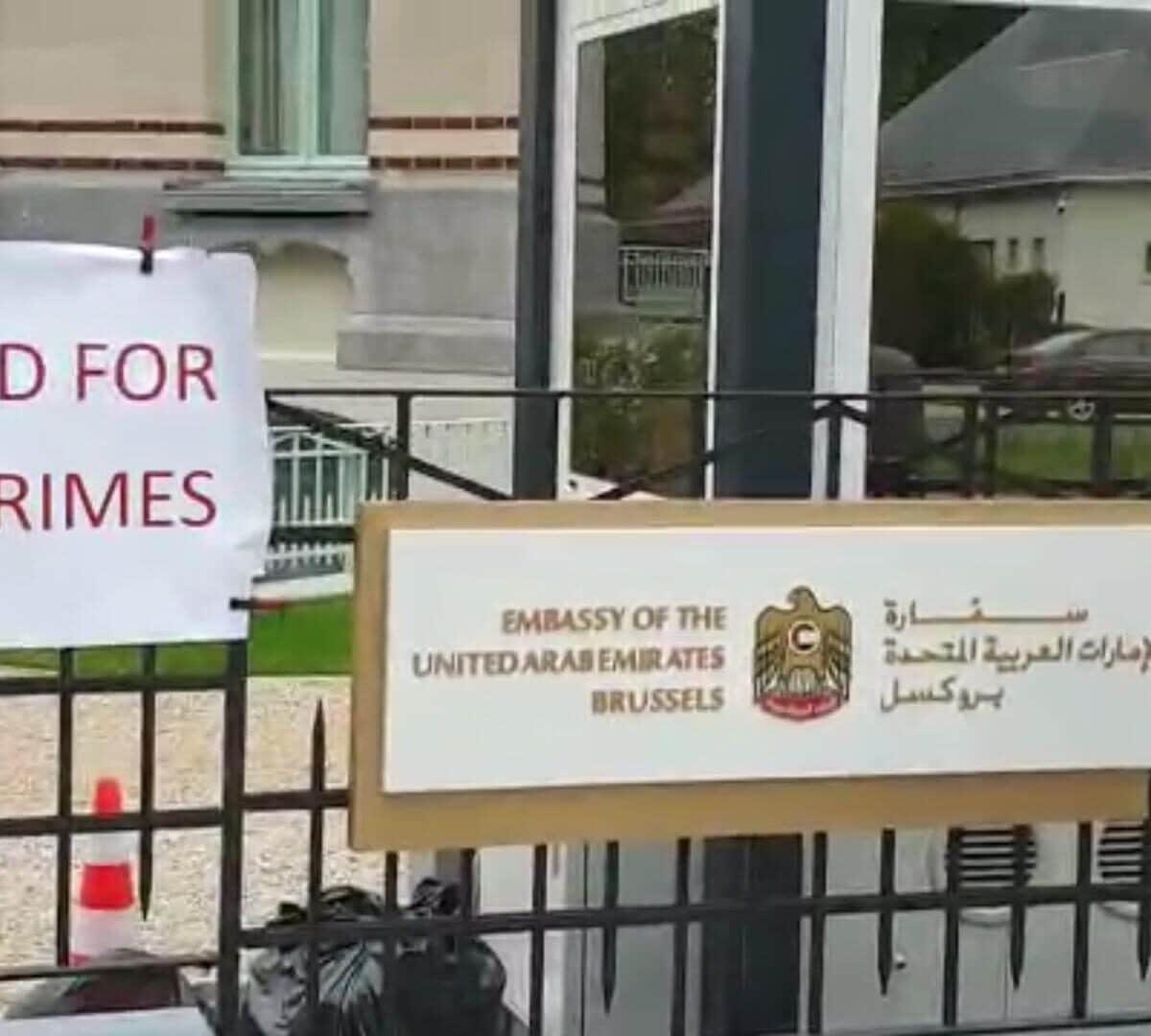 يمنيون يغلقون سفارة أبوظبي