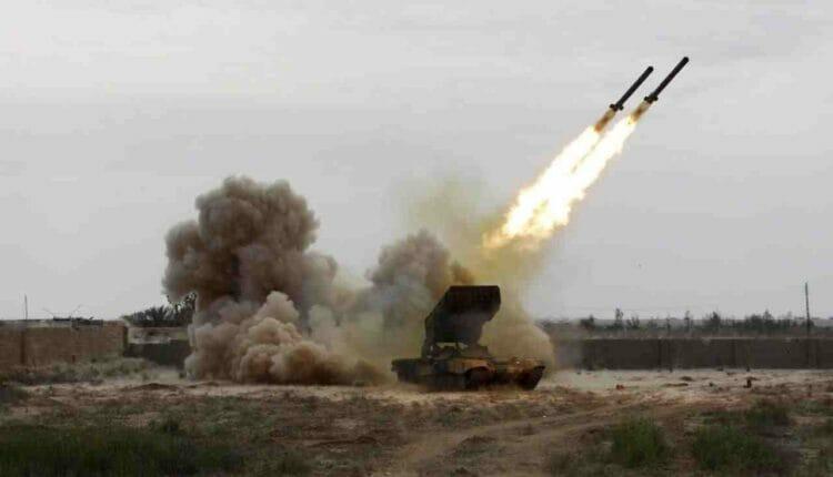 الحوثيون يقصفون مطار المدينة