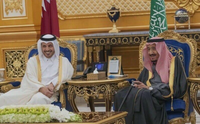 الملك سلمان مع رئيس وزراء قطر