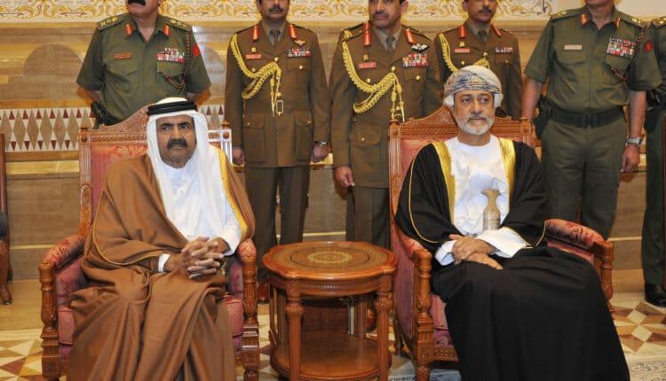 الشيخ حمد بن خليفة خلال تعزية السلطان قابوس