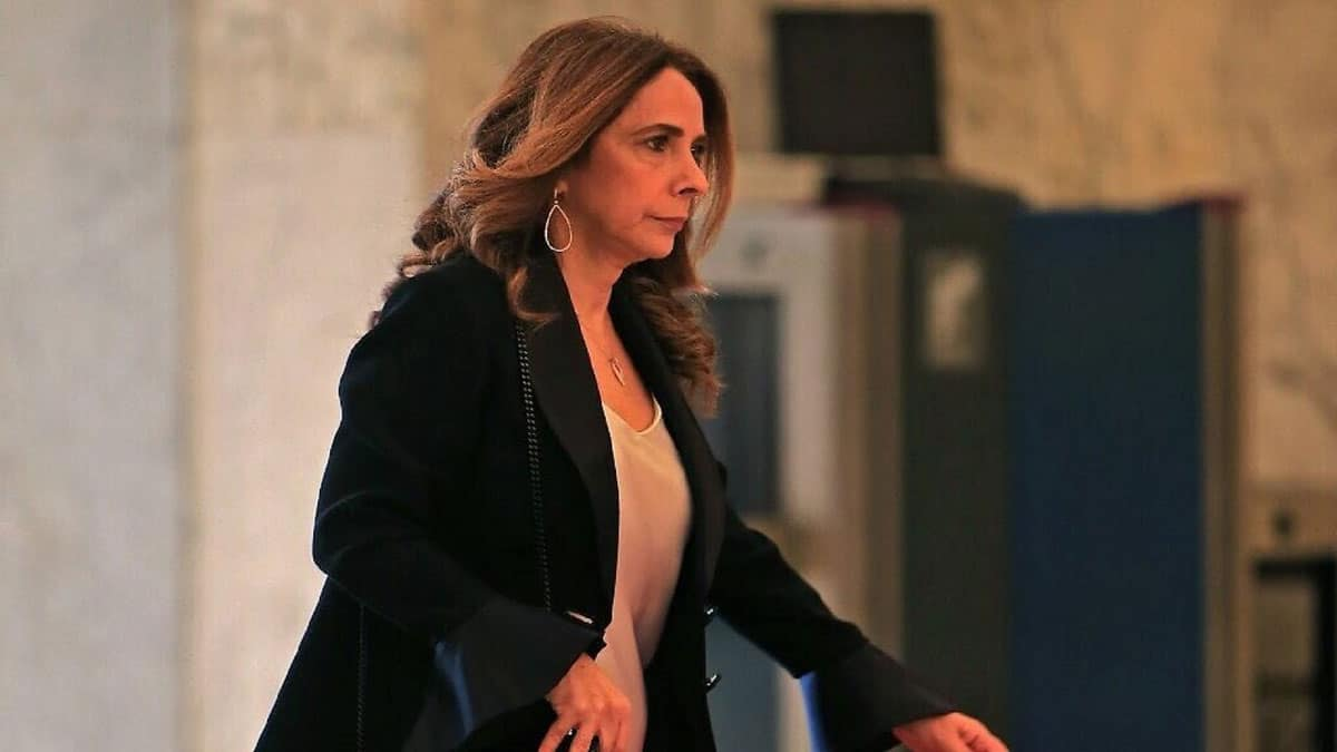 """هزت وسطها على إيقاع """"عالعين موليتين"""".. """"شاهد"""" وزيرة الدفاع اللبنانية ترقص مع أحد السفراء وتثير جدلاً واسعاً"""