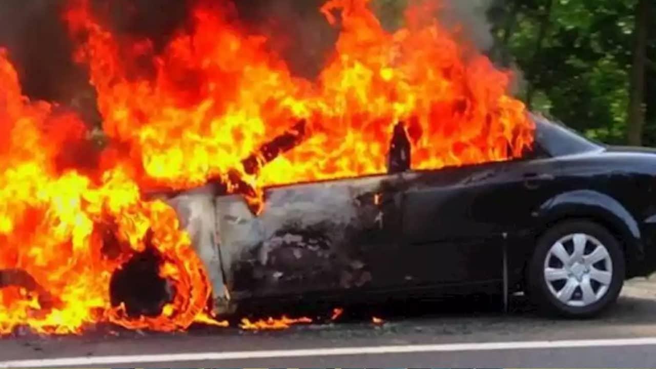 اماراتي يشعل السيارة بجدته
